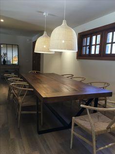 Decoracion del hogar. Comedor. Mesa comedor grande de madera. Ambiente acogedor.