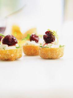 Recette de Ricardo de coquilles au fromage de chèvre et aux cerises griottes, une bouchée des fête prête en 30 minutes.