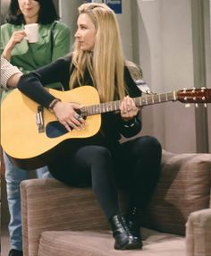 add orange jacket to this and *chef's kiss* Tv Show Outfits, College Outfits, Cool Outfits, Friends Phoebe, Friends Tv Show, Phoebe Buffay, Friends Mode, 90s Inspired Outfits, Friends Scenes