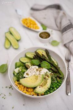 Gemüsebowl mit Walnussdressing & Kräuterpesto, Gemüsebowl Rezept, Gemüsebowl mit Walnussdressing & Kräuterpesto Rezept, Kräuterpesto Gemüsebowl, Bowl Rezept, Gemüse rezept, Vegetarische Küche Ideen. Vegetarische Bowl rezept, Gemüse mit Avocado Idee, Gemüse Rezept Ideen, Gemüse bowl Rezept Ideen, Gemüse mal anders, Gemüsebowl mit Walnussdressing, Walnussgressing, Dressing mal anders, Dressing Ideen, Vegetarische Küche Ideen mit Ei, Vegetarisch kochen mit Ei, Gemüse schnell und einfach kochen, Food Blogs, Avocado Egg, Avocado Toast, International Recipes, Creative Food, Mozzarella, Eggs, Easy Peasy, Breakfast