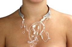 Créez un collier unique à la fois épuré et organique. Manipulez le fil de métal, agrémentez cette parure de perles d'eau douce et de cristaux. #Fil #Bijou #Bijoux #Creation #Perle #Bille #Beads #Jewelry #Wire #GermanWire #Jewel #Necklace #Handmade #Craft #DIY #Create #Workshop Cliquez pour voir les dates d'atelier disponible! Bille, Creations, Necklaces, Beauty, Jewelry, Unique, Fashion, Jewelery, Accessories