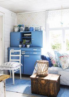 Ajaton ja levollinen sininen on yksi suomalaisten suosikkiväreistä. Katso Unelmien Talo&Kodin ideat, miten sinistä voi tuoda sisustukseen. Cottage Dining Rooms, Cottage Porch, Cottage Style, 50s Style Kitchens, Home Kitchens, Room Colors, House Colors, Interior S, Interior Design