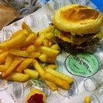 """La guerre du burger fera rage à Saint-Lazare suite à l'annonce de l'ouverture d'un """"231 East Street"""" à Paris, juste en face du géant américain Burger King."""