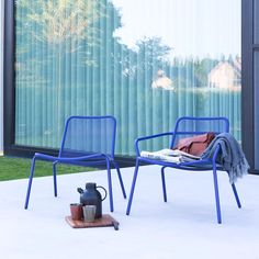 Resin patio furniture is synonymous with durability, low-maintenance, UV-resistance, weather-resistance, and lightweight maneuverability. Modern Garden Furniture, Resin Patio Furniture, Weathered Furniture, Unique Furniture, Garden Lounge Chairs, Garden Sofa, Outdoor Lounge, Outdoor Seating, Garden Shed Interiors