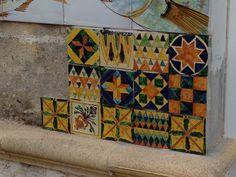 Mattonelle graffite dipinte a mano #pottery #art #design #luxury #italy #italia #fattoamano #ceramichemastro #ceramica #ceramiche #grottaglie #arte #artigianato #pannelli