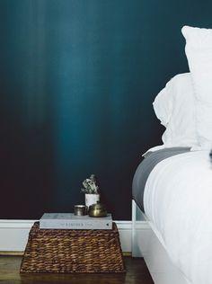 Petrol Farbe und weiße Bettwäsche sorgen für Komfort im modernen Schlafzimmer