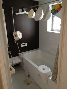 お風呂におしゃれな収納スペースを持ちたいのは、みなさん共通の願いですよね!洗面器、風呂椅子、ふた、お掃除グッズなどなど、アイテムが多いのがお風呂場です。ぬめりやカビ予防に、フックでぶら下げる空中収納は浴室ではとっても便利。お掃除の時も楽で、風通しが良く清潔感があります。ここではそんな皆さんの空中収納方法や、お役立ちグッズをご紹介します。 もっと見る