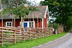 13 sötaste röda stugorna till salu just nu (den billigaste kostar 150 000 kr) - Sköna hem Swedish Cottage, Red Cottage, Cottage Homes, Cabins For Sale, Cabins And Cottages, House In Nature, House By The Sea, Sweden House, Red Houses