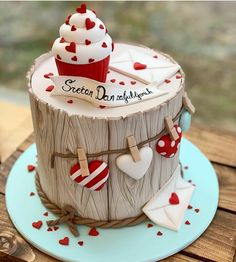 If you would like to be an expert at cake decorating, then you'll require practice and training. As soon as you've mastered cake decorating, you might become famous from the cake manufacturing business. Pretty Cakes, Cute Cakes, Beautiful Cakes, Amazing Cakes, Valentines Cakes And Cupcakes, Valentine Cake, Saint Valentine, Fancy Cakes, Mini Cakes