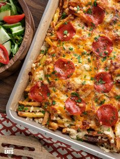Cheesy Pizza Fries - the ultimate sharing traybake for all the pizza lover.Homemade oven-baked fries, pizza sauce and melted cheesy goodness. Easy Slimming World Recipes, Slimming Eats, Meat Pizza, Pizza Bake, Oven Baked Fries, Fries In The Oven, Best Fried Potatoes, Cooking Recipes, Healthy Recipes