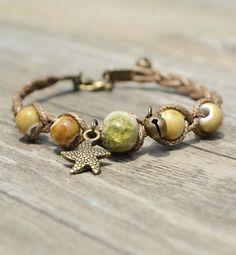 VÒNG TAY GỐM SAO BIỂN VÀNG V3298 Vòng tay gốm sao biển vàng thương hiệu YUNA làm bằng dây màu nâu đính hạt gốm vàng rất dễ thương và nhẹ nhàng. Thích hợp với mọi bạn gái.
