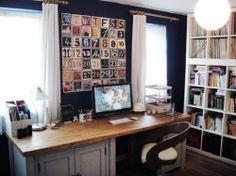 Bureau entre deux fenêtres, décoration lettres et chiffres http://www.unregardcertain.fr/30-idees-et-inspirations-de-decoration-pour-la-piece-du-bureau/2031