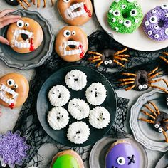 Easy to decorate Halloween donuts -- 4 different and fun ideas that are simple to execute. Mummy, spider, monster, AND vampire donuts! Halloween Donuts, Muffins Halloween, Halloween Cake Pops, Halloween Party Snacks, Halloween Appetizers, Halloween Dinner, Halloween Festival, Halloween Decorations, Halloween Costumes