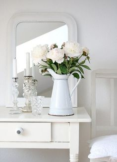 Shabby Chic Home Decor Decoration Shabby, Decoration Bedroom, Shabby Chic Decor, Vibeke Design, White Cottage, White Farmhouse, Rose Cottage, Shabby Cottage, White Rooms