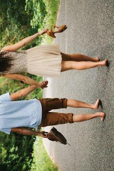 Casal caminhando lado a lado descalços em foto horizontal exibida na vertical. Inspiração para ensaio pre wedding. #prewedding #ensaio