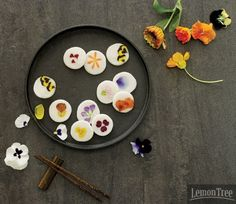 Korean dessert ddeok/tteok (떡) with edible flowers (화전) Korean Rice Cake, Korean Sweets, Korean Dessert, South Korean Food, Korean Street Food, Korean Traditional Food, Rice Packaging, Tea Culture, Food Photography Tips