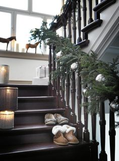 Christmas decoration on the stairs christmas staircase, christmas stairs de Christmas Love, All Things Christmas, Christmas And New Year, Beautiful Christmas, Winter Christmas, Christmas Morning, Country Christmas, Christmas Ideas, Christmas Stairs Decorations