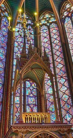 A Sainte Chapelle é ela própria um imenso relicário feito de luz e vitrais. As relíquias ficavam no altar mor em urnas de uma riqueza única.   catedrais medievais- Os melhores artistas fizeram essas peças com um refinamento e uma exibição sem igual de pedras preciosas e ouro.