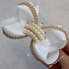It is common to see decoration items, clothes and even cakes and other types of candy with bows and ornaments that resemble the piece. Ribbon Hair Bows, Diy Hair Bows, Satin Flowers, Fabric Flowers, How To Make A Ribbon Bow, Tambour Beading, Hair Bow Tutorial, Pearl Headband, Gift Bows
