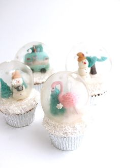 A couple of years ago I was trying to figure out how to make a snow globe cake and after failing a few times, I ended up just adding a plastic one to top the cake. Snow Globe Cupcakes, Globe Cake, Christmas Cupcakes, Easy Christmas Treats, Christmas Goodies, Christmas Baking, Christmas Recipes, Christmas Ideas, Christmas Decorations