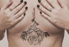 Tattoo sternum fleur pendante