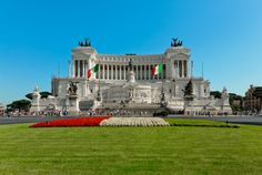 El Monumento de Vittorio Emanuele II es uno de los más impresionantes de #Roma. Para los italianos es su Altar de la Patria. http://www.guias.travel/blog/conoce-una-maquina-de-escribir-que-cuenta-historias-italianas/ http://www.viajararoma.com/lugares-para-visitar-en-roma/monumento-a-victor-manuel-ii/ #turismo #viajar #Italia