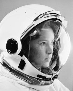 American Astronaut Anna Lee Fisher, the first mom in space. Photo Reference, Art Reference, Anna Fisher, Astronaut Illustration, Astronaut Helmet, Photographie Portrait Inspiration, Anna Lee, Space Girl, Space Travel