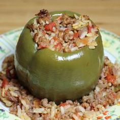 Precook green bell peppers in the microwave to shorten the baking time for tender, cheesy stuffed peppers with ground beef and rice. New Recipes, Salad Recipes, Dinner Recipes, Healthy Recipes, Baked Stuffed Peppers, Hamburger Vegetable Soup, My Favorite Food, Favorite Recipes, Chicken Carbonara Recipe