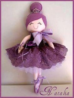Muñeca bailarina en fieltro o tela con patrón incluido. si lo haces en tela, puedes sustituir el pelo de fieltro por lana o pelo sintético o especial para muñecas.
