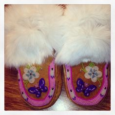 Beaded moosehide moccasins made by Liisia Carlo Edwardsen Embroidery Flowers Pattern, Beaded Embroidery, Flower Patterns, Embroidery Designs, Indian Beadwork, Native Beadwork, Beaded Moccasins, Baby Moccasins, How To Make Purses