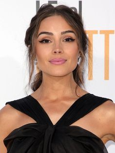 "Olivia Culpo wearing winged eyeliner and pink lipstick at the ""I Feel Pretty"" premiere."