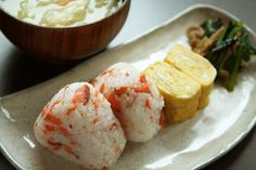 鮭おにぎり、玉子焼き、小松菜炒め、お味噌汁で朝ごはん