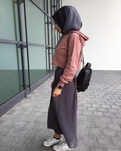 The skirt crop hoodie combo ❤ Hijab Casual, Hijab Chic, Arab Fashion, Muslim Fashion, Modest Fashion, Fashion Outfits, Modest Wear, Modest Outfits, Cropped Hoodie Outfit