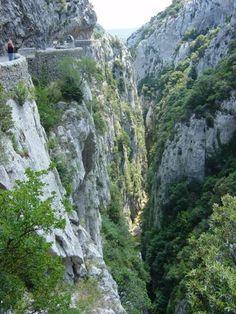 Gorges de Galamus - Les gorges de Galamus s'étendent sur 2 km, à cheval entre les départements de l'Aude et des Pyrénées Orientales.