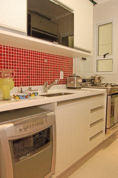Pastilhas vermelhas na parede onde fica a minha pia e o fogão.