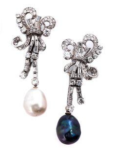 Hochdekorative zweiteilige Ohrhänger mit Diamanten im Alt-, Achtkant- und Baguetteschliff, zus. ca. 6,8 ct, und je einem leicht barocken Südsee- bzw. ...
