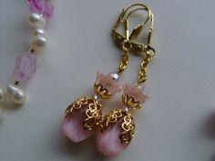 Filigran verziertes Katzenauge, Mondstein in pudrigem rosa, darüber eine vintage Blüte aus zartem Glas, ein Designerschmuckstück nicht nur als Brau...