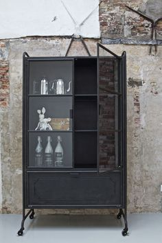 Give Your Rooms Some Spark With These Easy Vintage Industrial Furniture and Design Tips Do you love vintage industrial design and wish that you could turn your home-decorating visions into gorgeous reality? Industrial Design Furniture, Industrial Living, Industrial Interiors, Industrial Decorating, Furniture Design, Industrial Shop, Industrial Restaurant, Urban Industrial, Industrial Bedroom