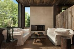 Oppenheim designed both the architecture and the interiors for La Muna, a rustic ski chalet built in the ultra-exclusive enclave of Red Mountain.