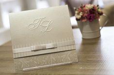 Detalhes que fazem toda a diferença: monograma em relevo seco, laço Chanel e cobertura perolada.