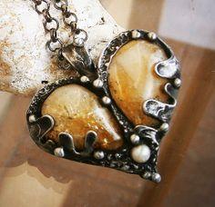 Srdce pro mou drahou Originální šperk vyrobený Tiffaniho technikou zcínu, citrínů a říční perly. Dominantní šperk s ladnými liniemi a tříštivými odlesky citrínů. Šperk je patinován, leštěn a ošetřen antioxidantem. Zavěšen na masívním řetízku barvy gun metal, dlouhém 76 cm. Velikost šperku je 5 x 5,3 cm. Šperk bude dodán vdárkové krabičce.