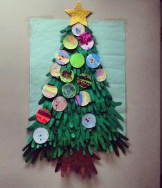 Arbol de navidad hecho con manitas de niñxs :D