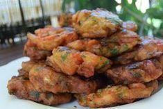 Ελληνικές συνταγές για νόστιμο, υγιεινό και οικονομικό φαγητό. Δοκιμάστε τες όλες Cyprus Food, Meatless Burgers, A Food, Food And Drink, Vegetarian Recipes, Cooking Recipes, Greek Cooking, Hot Cross Buns, Weird Food
