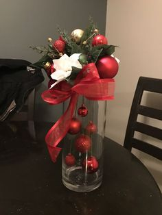 christmas centerpieces 10 DIY Christmas Decorations using stuff around the house, this one would look great with some fairy lights too! Christmas Flowers, Simple Christmas, Christmas Home, Christmas Wreaths, Christmas Ornaments, Hanging Ornaments, Christmas Center Piece Ideas, Diy Christmas Lights, Christmas Bathroom