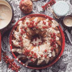 vegan persimmon and cinnamon cake Cinnamon Cake, Bagel, Vegan Recipes, Bread, Food, Cinnamon Pie, Meal, Essen, Hoods