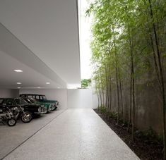 Garage with small, green courtyard for daylight by Issay Weinfeld. Photo by Fernando Guerra. The Casa Grecia by Isay Weinfeld located in Sao Paulo, Brazil is the epitome of combining nature with architecture. The simplistic and modern design of Garage Design, Exterior Design, Residential Building Design, Underground Garage, Modern Garage, Small Garage, Garage Interior, Modern House Design, Landscape Design