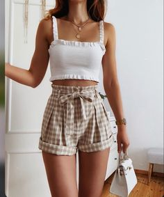 Simple items that would make you look elegant and trendy this summer. Trendy Summer Outfits, Cute Comfy Outfits, Girly Outfits, Pretty Outfits, Summer Shorts Outfits, Casual Summer, Spring Outfits, Style Outfits, Mode Outfits