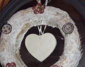 Couronne décorative avec coeur nacre et dentelles anciennes : Décorations murales par ambiance-v-et-m