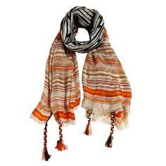 sciarpa 100% seta con righe nella tonalità dell'arancio e del marrone e con orlatura ai bordi a treccia. Made in India. Dimensioni: Lunghezza 180, Larghezza 100.