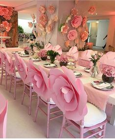 Apenas encantada com esta decoração!  A ideia das maxi-flores nas cadeiras ficou incrível!  Decoração: Suzane Andrade ⠀ Curta no Facebook: Blog Amor Mais Amor Acesse: www.blogamormaisamor.com ⠀